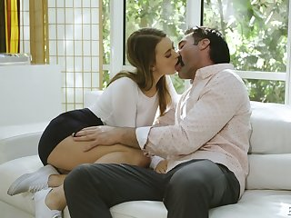 After kissing stud slutty Jill Kassidy spreads legs wishing to enjoy cuni
